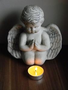 angelot-priant-devant-bougi